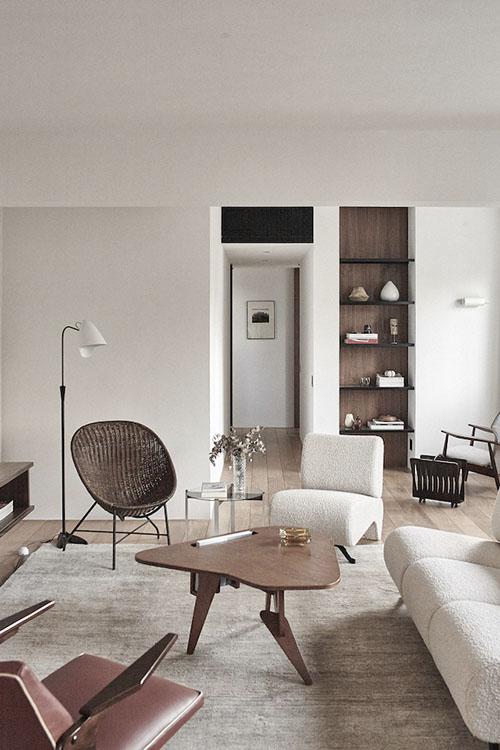 cómo decorar un salón moderno minimalista con muebles vintage