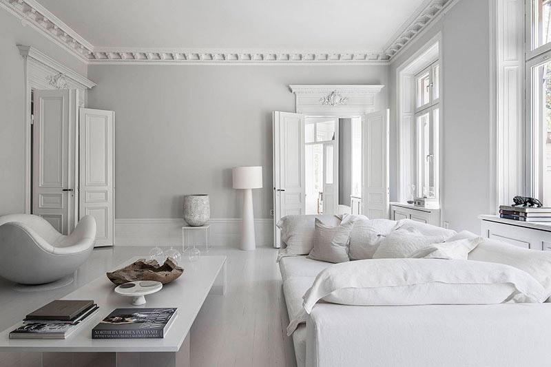 Salón nórdico en blanco y gris claro
