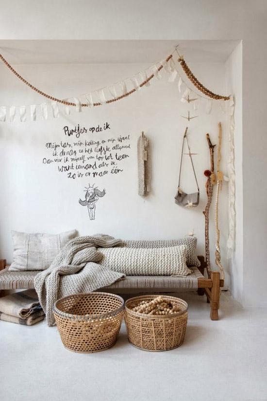 cestas de mimbre para decorar un salón nórdico