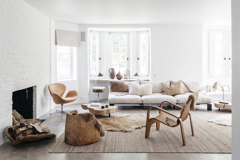 Salón blanco con materiales naturales