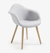 silla nórdica tapizada de color gris claro