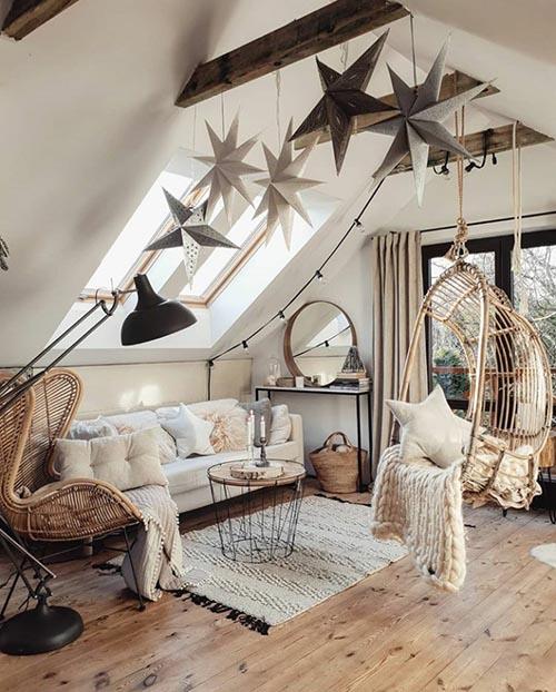 Silla de mimbre colgada en un dormitorio con poco espacio