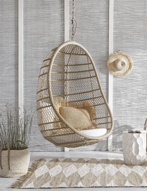 cómo decorar un salón con una silla colgante