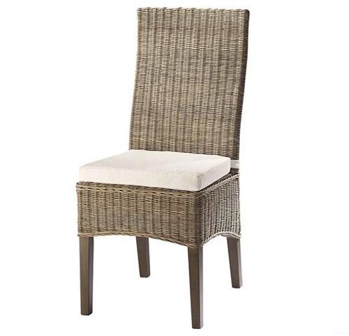 silla de mimbre con respaldo alto