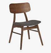 silla de madera oscura