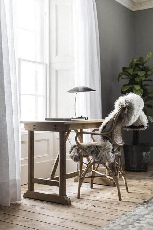 Mesa y silla de madera y pieles