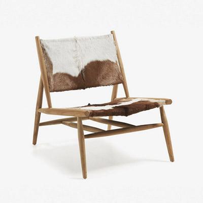 silla de piel con patas de madera
