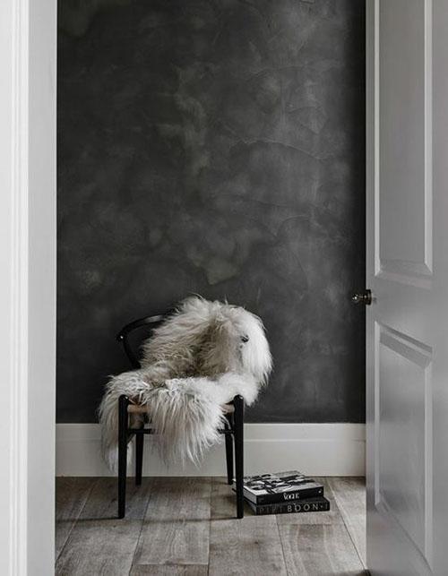 Pieles y cálidos textiles en la decoración de espacios con colores neutros