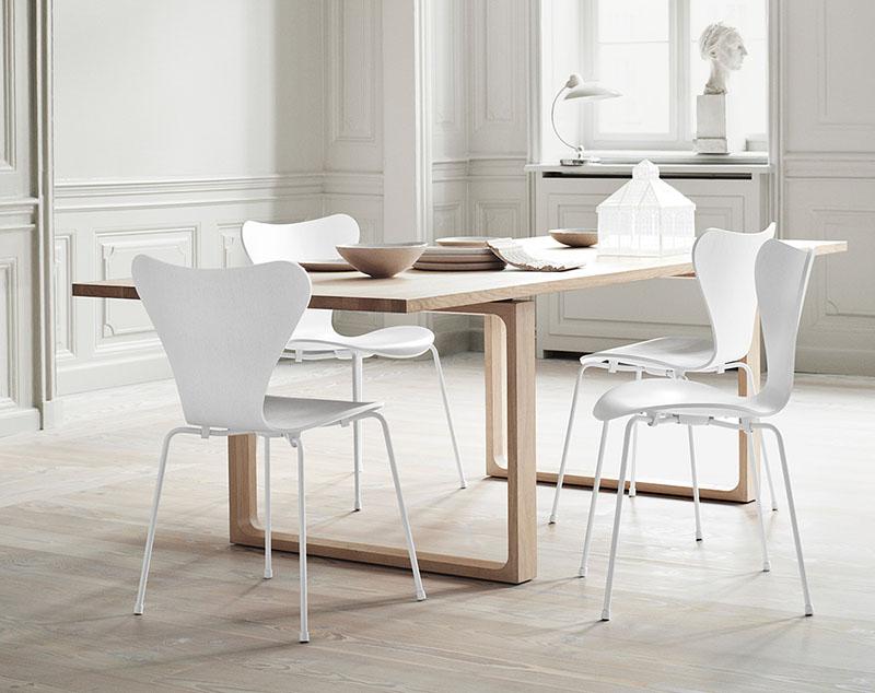 sillas blancas y mesa de comedor de madera de diseño nórdico