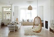decoración con sillas colgantes de mimbre