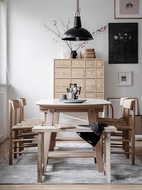 Mesas y sillas de madera en un comedor de estilo nórdico