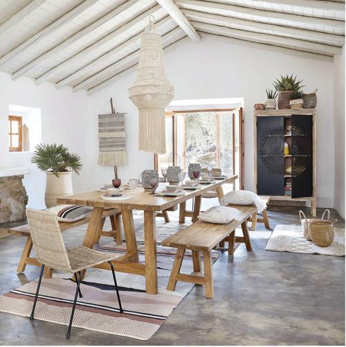 mesa, sillas y bancos de madera para el comedor de casa