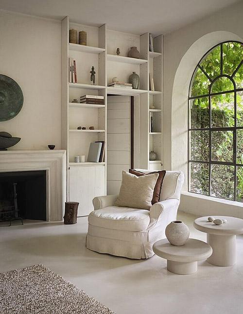 sofa blanco en la decoración de una casa de campo