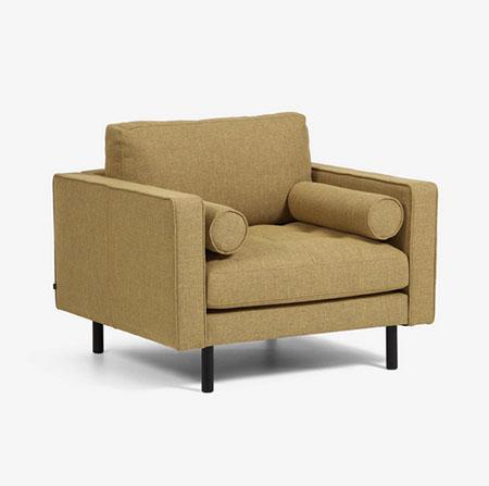 sillón con cojines de color mostaza