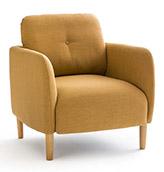 sillón tapizado de color naranja