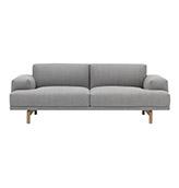 sofa 2 plazas de color gris y patas de madera