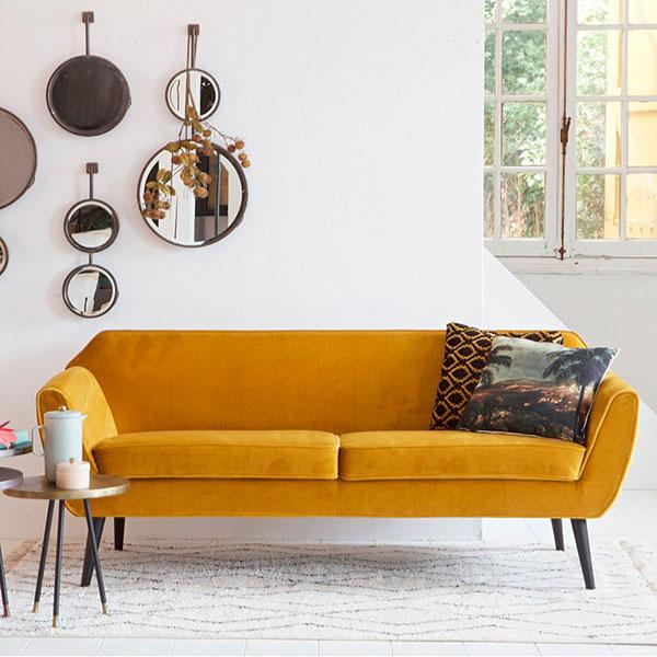 sofás de colores para una casa decorada con un diseño escandinavo