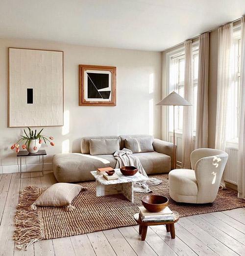 decoración de una casa de estilo nórdico con un sofá de color blanco