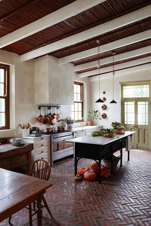 Suelo de ladrillo de color rojo en una cocina de estilo rústico