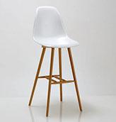 taburete alto con asiento blanco y patas de madera