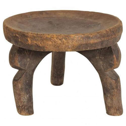 taburete de madera de tres patas de africa