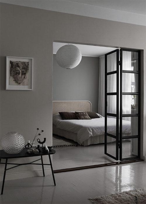 Dormitorio decorado con una lampara de techo
