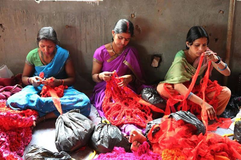 Mujeres indias trabajando en un taller textil
