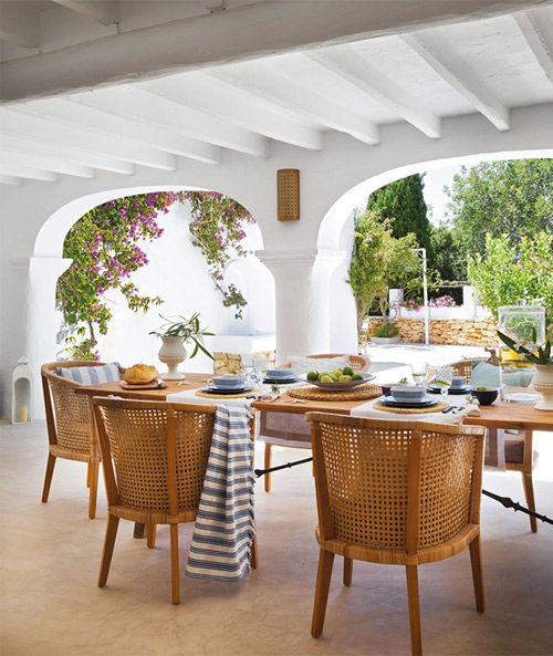 Sillas de mimbre en el porche de una casa de Ibiza