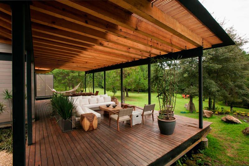Porche en una casa de campo con un diseño y una arquitectura moderna