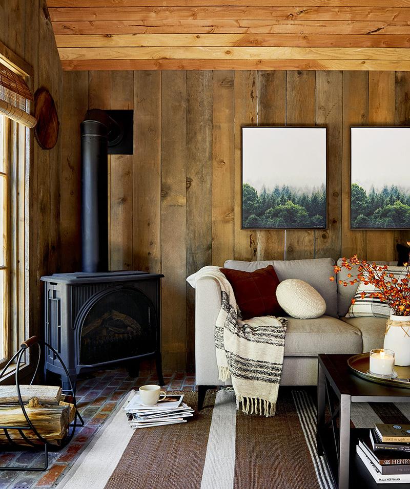 chimenea en una cabaña de madera