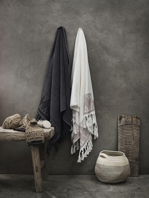 Cestas de mimbre y toallas de algodón
