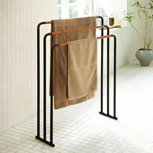 toallero de pie de color negro de acero con tres brazos