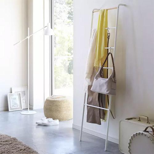 escalera de color blanco para colgar las toallas