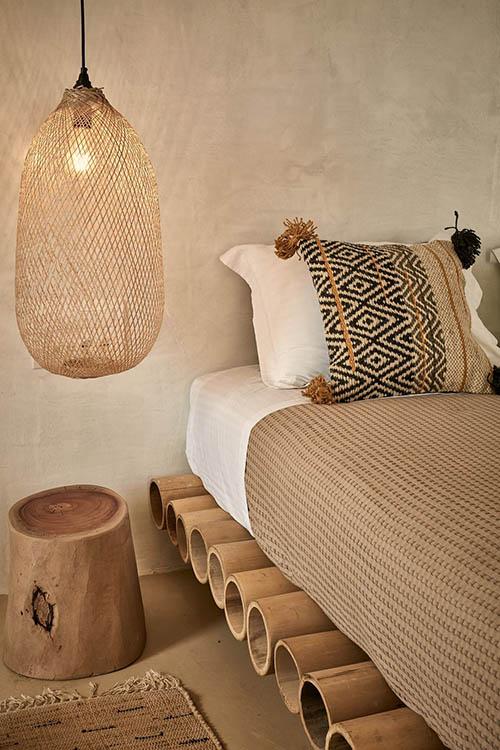 Tronco de madera a modo de mesa de noche