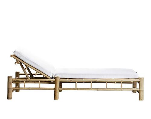tumbona de bambú con cojines blancos