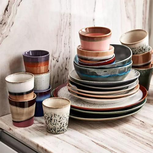 tazas y platos de cerámica para la decoración de la cocina