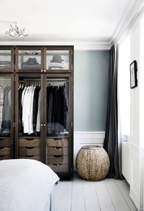 el color verde con los muebles de madera oscura