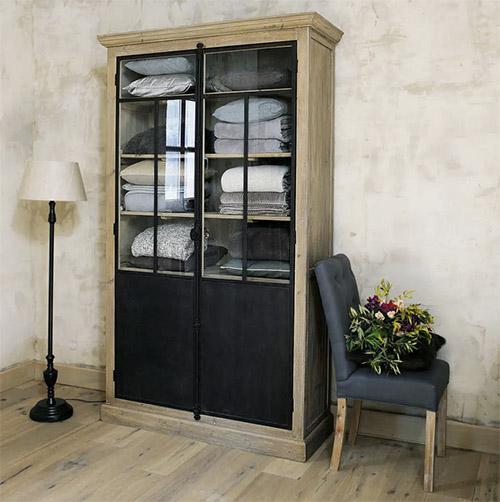 vitrina alta de madera con puertas de cristal