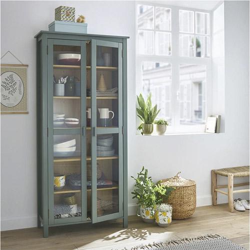 armario vitrina de color verde de madera y puertas de cristal