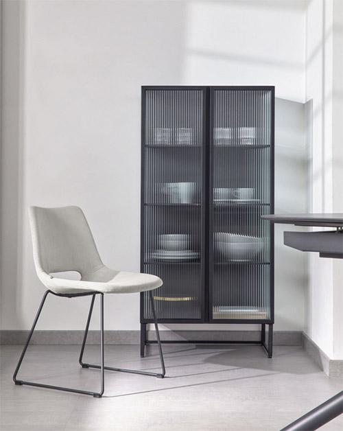 vitrina de diseño moderno de metal con puertas de cristal