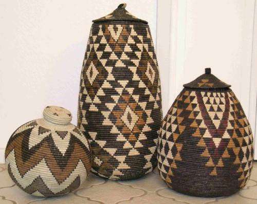 cestos de colores con diseños geométricos de la tribu zulu